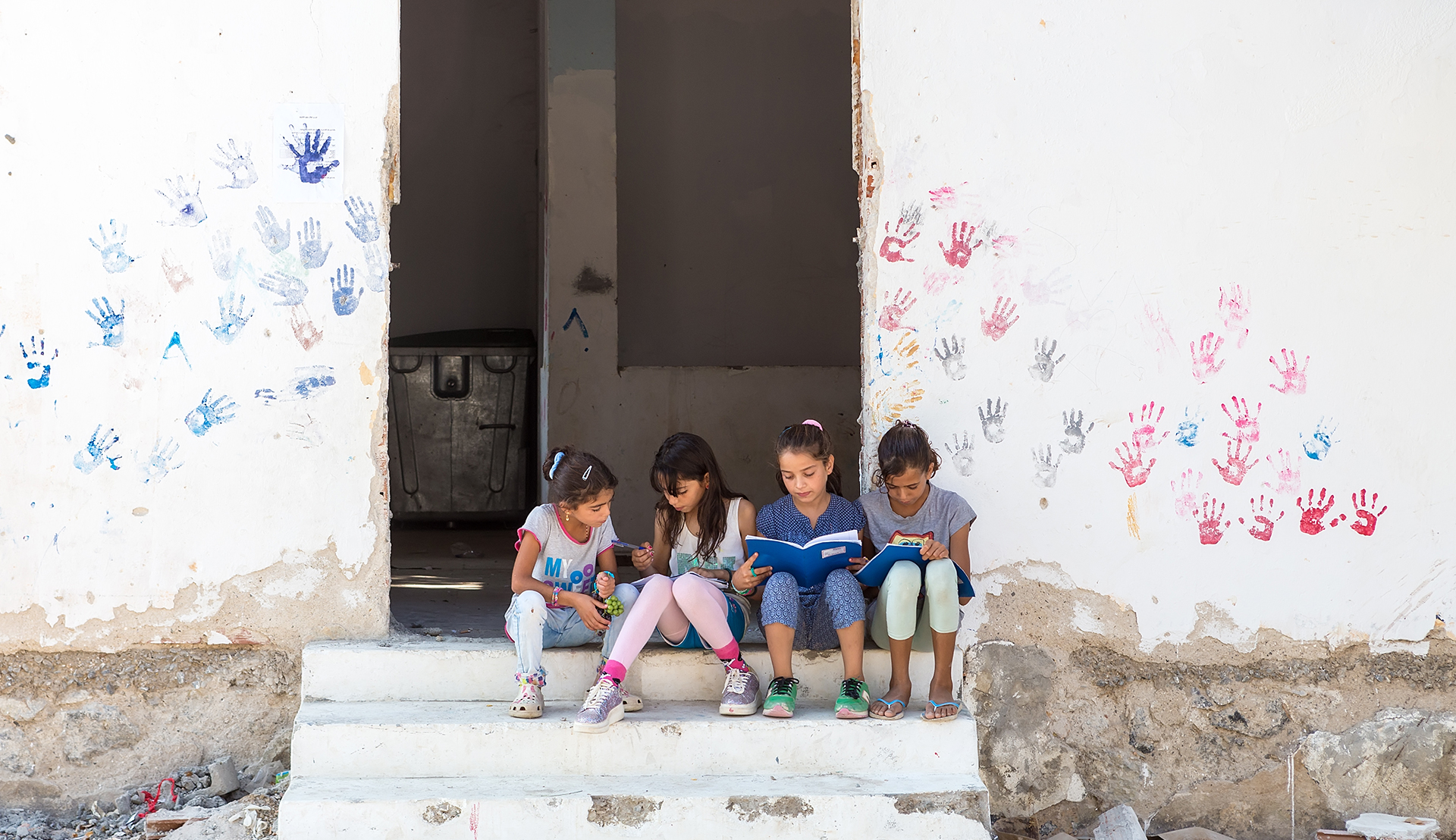 Rutgers Global - Children sit on stairs in the refugee camp of Lagadikia, Greece, some 40km North of Thessaloniki, during the visit of UN high commissioner for refugees, Filippo Grandi, on August 25, 2016.